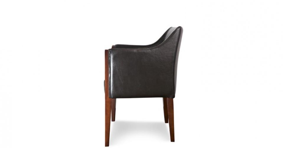 Fotel na wysokich drewnianych nogach jest bardzo lekki i finezyjny.