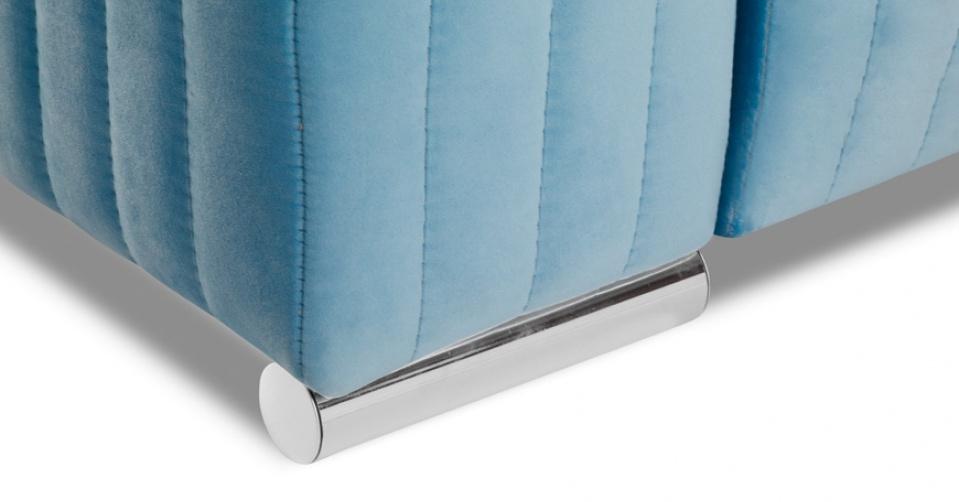 GLAMOUR sofa w standardzie osadzona jest na metalowych nogach.