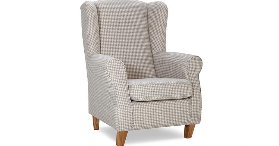 Fotel w jasnej tkaninie.